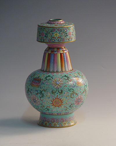 Green glaze bottle with famille rose eight kinds of treasures pattern