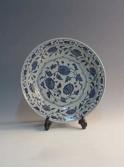 Blue-and-white plate with entangled chrysanthemum pattern and folded rim