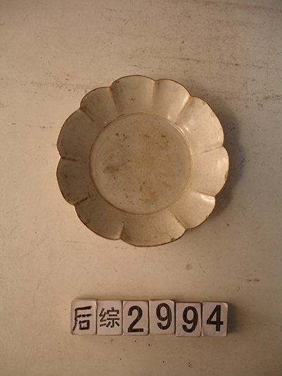 Bluish white glaze plate with sunflower pattern plate