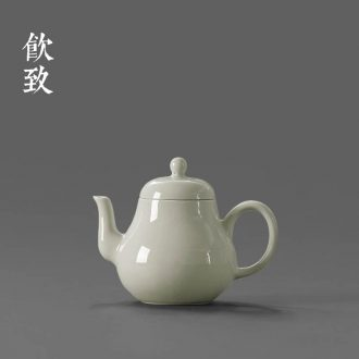 Blue and white sweet white tea filter with a cup of drink to ceramic hand-painted filter tap) kung fu tea accessories