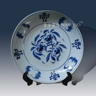 Jingdezhen painting xiantao bats in the qing dynasty decorative porcelain painting in the qing dynasty classical decorative porcelain