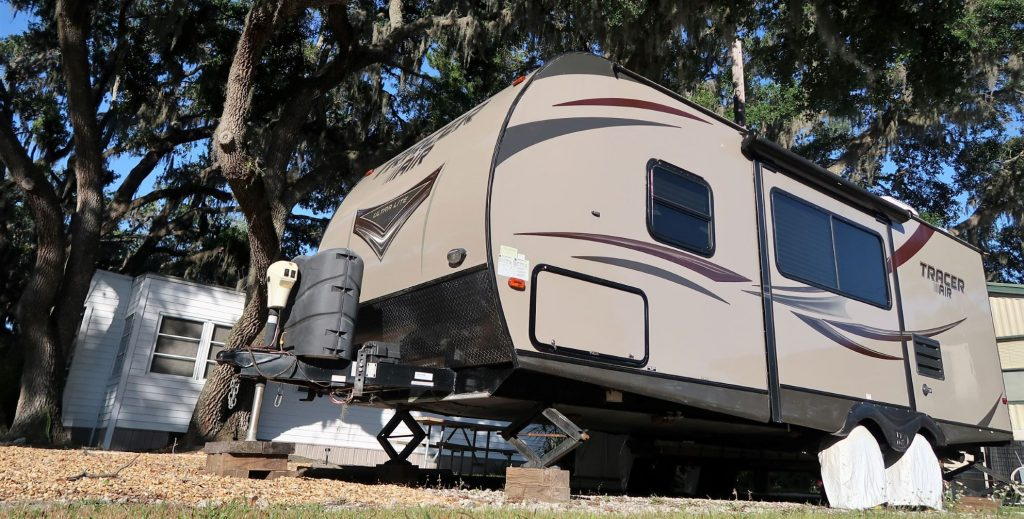 RV with leveling jacks