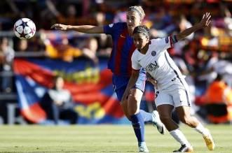 La jugadora del FC Barcelona Alexia Putellas (i) pugna con Shirley Cruz, del PSG EFE