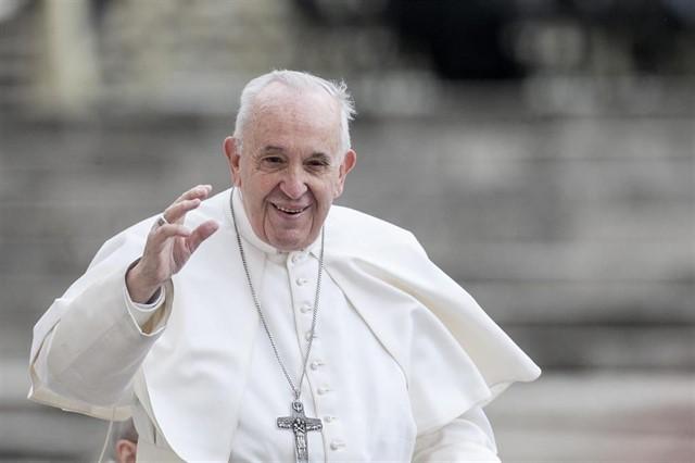¿Evita el Papa que le besen el anillo?