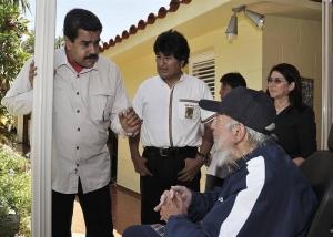 El expresidente de Cuba, Fidel Castro (D), celebrando su 89 cumpleaños acompañado por sus aliados de Venezuela, Nicolás Maduro (i), y de Bolivia, Evo Morales (C), en La Habana. Agencia EFE.