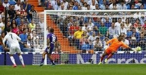 El delantero portugués del Real Madrid, Cristiano Ronaldo (i), intenta superar al portero camerunés del Málaga Carlos Kameni (d) en partido de la sexta jornada de liga en Primera División. Agencia EFE.