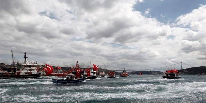 Embarcaciones en el estrecho del Bósforo, en Estambul, Turquía. Archivo