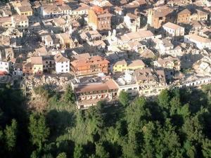 Imagen facilitada por la Brigada de Bomberos de Italia de una vista aérea de los edificios derrumbados en Amatrice, en el centro de Italia. EFE