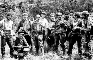Antonio Navarro, atrás de camisa blanca, en sus épocas de guerrillero del M-19 en Colombia. Archivo