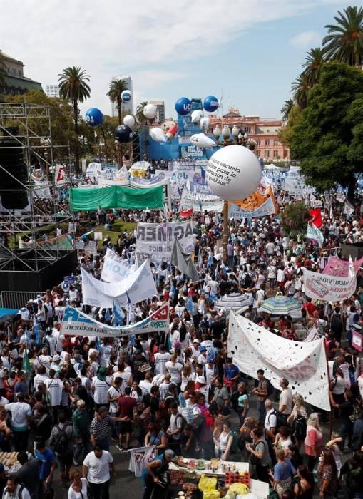 Manifestantes participan de la Marcha Federal Educativa. EFE