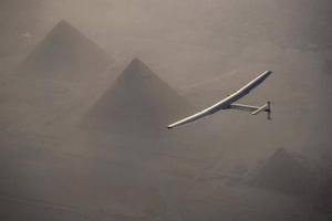 Fotografía facilitada por Solar Impulse 2 que muestra el avión solar Solar Impulse II, pilotado por el suizo Andre Borschberg, mientras sobrevuela las pirámides de Giza (Egipto) hoy, 13 de julio de 2016, antes de aterrizar en El Cairo. El aparato aterrizóen el aeropuerto internacional de El Cairo a las 07.10 hora local (05.10 GMT) en su última escala antes de partir hacia Abu Dabi, donde tiene previsto completar su hazaña en los próximos días. EFE