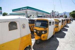 Decenas de transportes locales bloquean hoy, lunes 9 de enero de 2017, las estaciones distribuidoras de gasolina en el estado de Oaxaca (México). EFE
