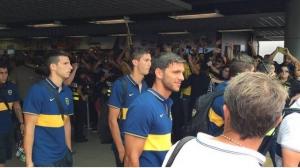 Recibimiento de los hinchas al Club Atlético Boca Juniors en el Aeropuerto Internacional Juan Santamaría. Foto @BocaJrsOficial