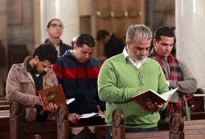 Católicos coptos en la Catedral de San Pedro y San Pablo, El Cairo, Egipto. EFE