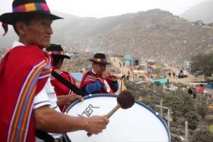 Músicos acompañan a familiares que visitan tumbas hoy, martes 1 de noviembre del 2016, en el cementerio de Nueva Esperanza, de 60 hectáreas, en el populoso distrito de Villa María del Triunfo en Lima (Perú). EFE
