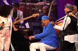 """Los músicos Chucho Valdés (cen), de Cuba; Esperanza Spalding (izq), y Dhafer Youssef (der), de Túnez, se presentan hoy, domingo 30 de abril de 2017, en el Gran teatro Alicia Alonso, en La Habana (Cuba), durante la celebración del """"Día Internacional del Jazz"""". EFE/"""