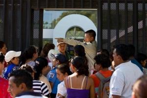 - Un guarda de seguridad indica el orden de la fila para ingresar este 6 de diciembre de 2016 durante el proceso de visado a turistas y migrantes en el consulado de Costa Rica en Managua. EFE