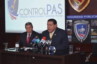 En la fotografía: El doctor Alexis Castillo, Presidente del Colegio de Médicos y Cirujanos, junto al Lic. Roberto Méndez, Director de Servicios de Seguridad Privada del Ministerio de Seguridad.