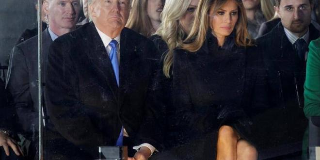 El presidente electo de EE.UU. Donald J. Trump (2i) y la entrante primera dama Melania Trump (2d)