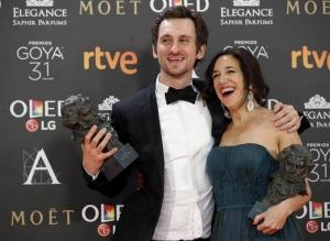 """El actor y realizador Raúl Arévalo y la productora Beatriz Bodegas posan con los premios a """"Mejor Director Novel"""" y """"Mejor Película"""", respectivamente, por su trabajo en """"Tarde para la ira"""". EFE"""