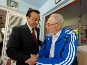 El líder cubano Fidel Castro (d) y el primer ministro de China, Li Keqiang (i), en La Habana (Cuba), el 26 de setiembre 2016. EFE-Cubadebate