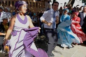 El nuevo gobernador de Puerto Rico, Ricardo Rosselló (c), baila bomba tras el acto de juramentación hoy lunes 2 enero de 2016, en el Capitolio en San Juan. EFE