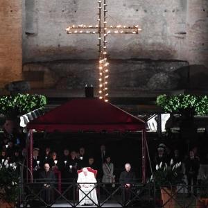 El papa durante la procesión del Viernes Santo en Roma. EFE