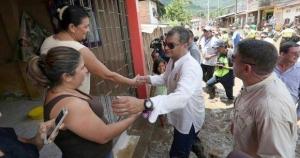 El presidente Rafael Correa recorrió este martes las zonas de Manabí afectadas por las inundaciones. Foto Presidencia