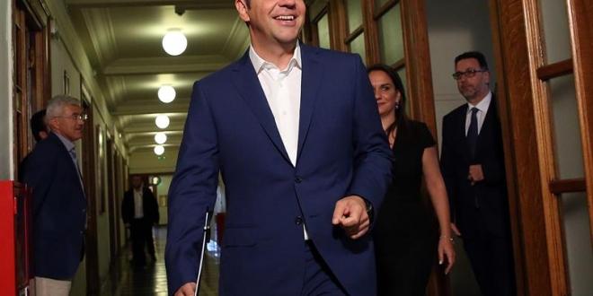 El primer ministro griego, Alexis Tsipras (C).