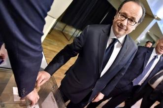 Francois Hollande al depositar su voto el domingo. EFE