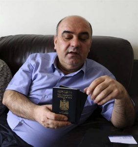 Fraud Sharif (d), de 51 años, enseña su pasaporte en su residencia en Erbil, la capital de la Región Autónoma Kurda, al norte de Irak, hoy 31 de enero de 2017. EFE.