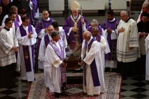 El cardenal Odilo Pedro Scherer (c), actual arzobispo de Sao Paulo, durante la celebración de ceremonia de despedida del cardenal y arzobispo emérito de Sao Paulo, Paulo Evaristo Arns. EFE