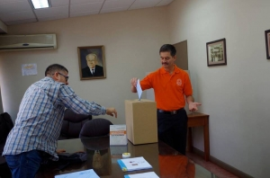 José Ángel Vargas Vargas, candidato a rector UCR deposita su voto en San Ramón. UCR-FB