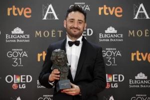 """Juan Antonio Bayona posa con el premio a la """"Mejor Dirección"""", por su película """"Un monstruo viene a verme"""". EFE"""