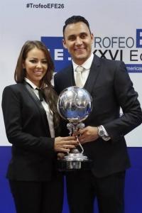 El portero costarricense del Real Madrid, Keylor Navas, acompañado por su esposa, Andrea Salas, tras recibir el Premio EFE al Jugador Iberoamericano del Año.
