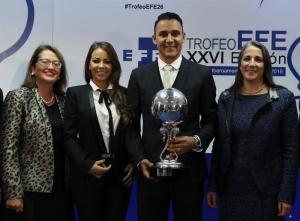 El portero costarricense del Real Madrid, Keylor Navas (d), acompañado por su esposa, Andrea Salas (2i); la Primera Dama de Costa Rica, Mercedes Peñas (d); y la embajadora de Costa Rica en España, Doris Osterlof (i), tras recibir el Premio EFE al Jugador Iberoamericano del Año en un acto celebrado hoy en la sede de la Agencia Efe, en Madrid. EFE/