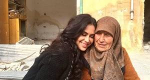 La cineasta boliviana Carla Ortiz junto a una mujer en Siria.