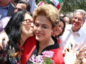 la-expresidenta-de-brasil-dilma-rousseff-saluda-a-sus-seguidores-antes-de-votar-en-elecciones-municipales-hoy-domingo-2-de-octubre-de-2016-en-el-school-santos-dumont-en-porto-alegre-brasil-efe