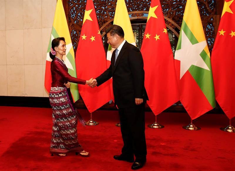 La líder de Birmania, Aung San Suu Kyi, y el Presidente de China, Xi Jinping. EFE