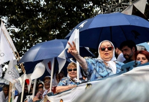 La titular de la Asociación Madres de Plaza de Mayo, Hebe de Bonafini (3d), saluda a la multitud que se concentra para recordar los 41 años del golpe cívico-militar. EFE