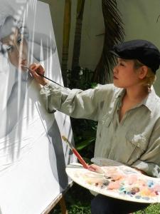 """Man Yu pintando """"Una completa desconocida""""."""