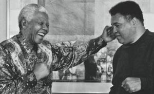 Nelson Mandela con Muhammad Alí el 6 de diciembre del 2013. Archivo