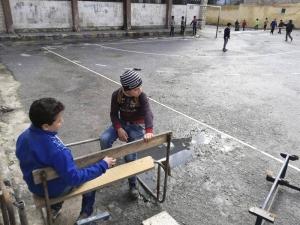"""Varios niños en el patio de la escuela """"Ibn Hazm al Andalusi"""", en el barrio barrio Saladino de Alepo. EFE"""