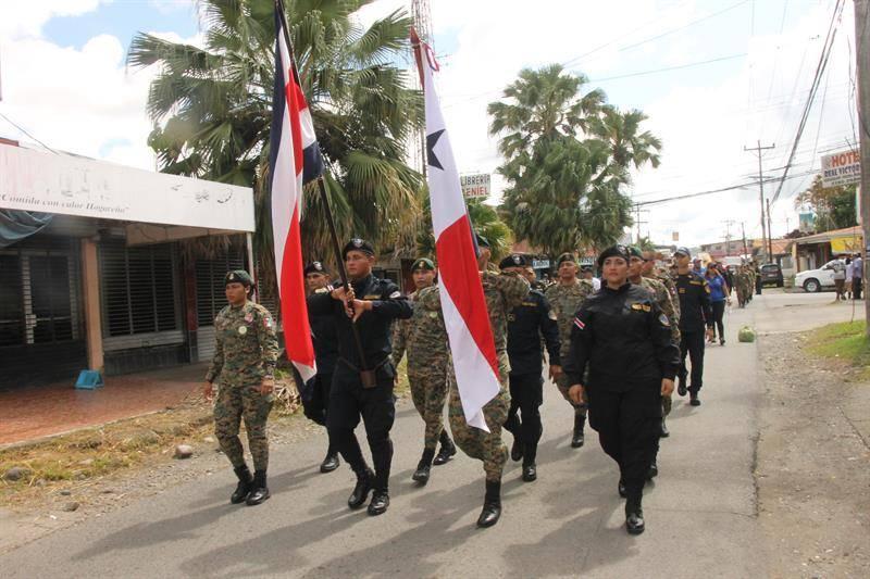 Oficiales de la policía de Panamá y Costa Rica se manifiestan contra la trata de personas en Paso Canoas. EFE