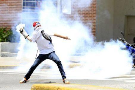 Opositor durante disturbios tras marcha en Caracas, Venezuela. AVN