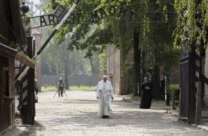 """El papa Francisco atraviesa la puerta """"Arbeit macht Frei"""" (El trabajo os hace libres) del campo de concentración nazi de Auschwitz para comenzar su recorrido silencioso por el lugar donde fueron exterminados más de un millón de personas, en Oswiecim, Polonia, hoy, 29 de julio de 2016. EFE"""