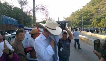 Policía reprime protesta encabezada por ex presidente Zelaya. Twitter