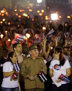 El presidente de Cuba, Raúl Castro (c), encabeza la tradicional Marcha de las Antorchas, realizada hoy, viernes 27 de enero de 2017, en La Habana (Cuba), en tributo al prócer José Martí, en vísperas del 164 aniversario de su natalicio, y a Fidel Castro, impulsor de esa celebración. EFE