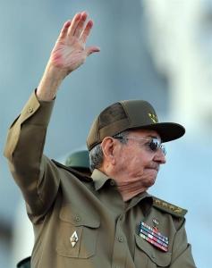 El presidente de Cuba, Raúl Castro, encabeza el desfile militar por el 58 aniversario de la Revolución Cubana hoy, lunes 2 de enero de 2016, en la Plaza de la Revolución de La Habana (Cuba)