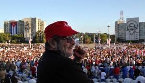 """El comandante de las Fuerzas Armadas Revolucionarias de Colombia (FARC), Rodrigo Londoño, alias """"Timochenko"""", asiste al desfile militar por el 58 aniversario de la Revolución Cubana hoy, lunes 2 de enero de 2016, en la Plaza de la Revolución de La Habana (Cuba)."""